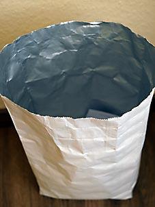 Meditationsobjekt Papierkorb, hier als Teetüte. Bild: Heinz Knotek