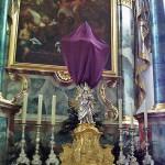 Verhülltes Kreuz während der Karwoche der röm.-kath. Pfarrkirche St. Martin in Tannheim (Württ). Foto: Bene16/Wikipedia