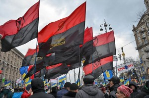 Demonstrationen in Kiew, die schwarz-rote Fahnen gehören zum Kongress Ukrainischer Nationalisten. Foto: Antanana/WIKIMEDIA