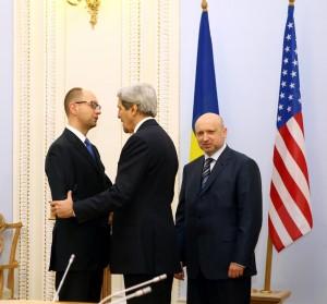 """US-Außenminister John Kerry trifft die mutmaßlich mit fünf Mrd. Dollar ins Amt gehievte """"Übergangsregierung"""" der Ukraine. Foto: U.S. Department of State"""